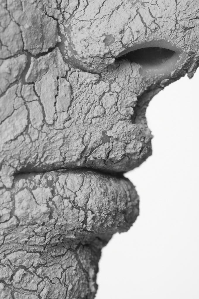 Глиняная маска-  один из эффективных способов скрыть следы от прыщей