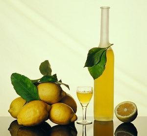 Приготовьте лимонный ликёр в домашних условиях.