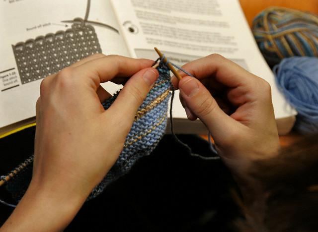 Для вязания простой шапочки достаточно уметь вязать лицевыми и изнаночными петлями