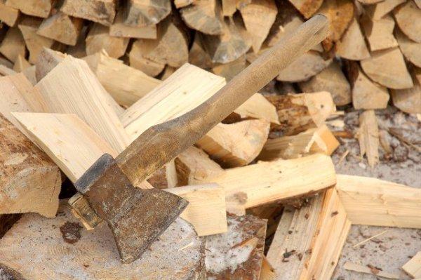 колоть дрова нужно на массивной колоде