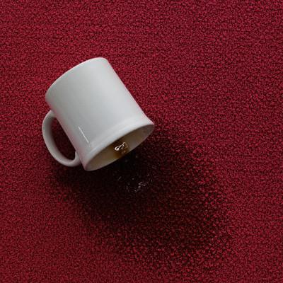 Пролившийся кофе оставляет на ковре пятна