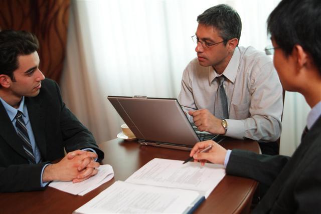 Обратите внимание, как в начальником общаются ваши коллеги