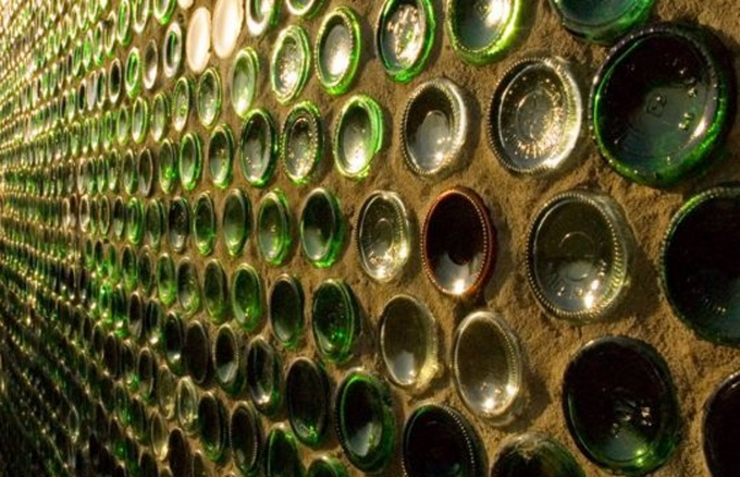 Бутылочная стена пропускает естественный свет