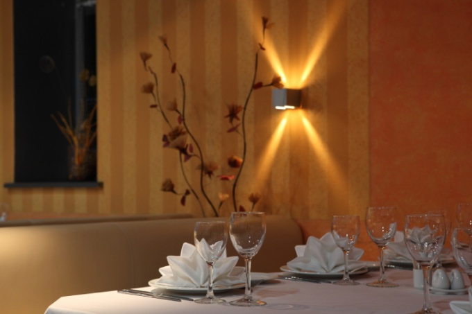 Расстановка столов для свадебного банкета может быть различной