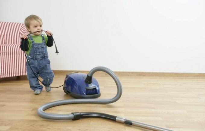 Поручайте мальчику сызмальства хотя бы незначительную домашнюю работу