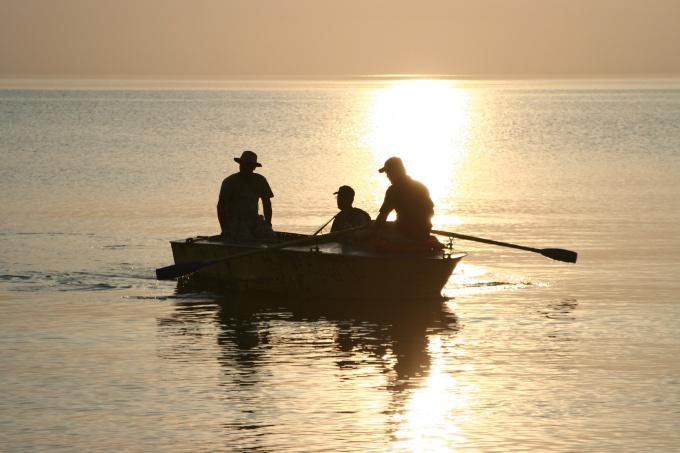 Выйдите в лодке на то место, глубину которого вам нужно узнать