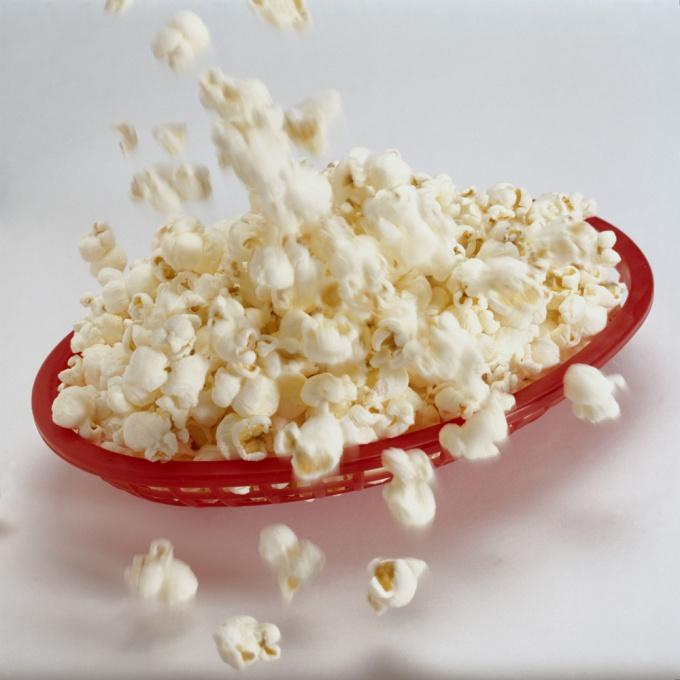 Попкорн можно приготовить в домашних условиях, он получится даже вкуснее