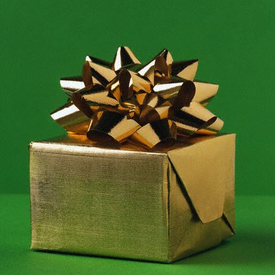 Самодельная подарочная бумага будет выглядеть дороже и благородней, чем покупная