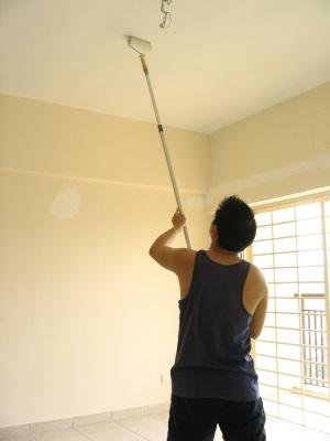 Белится или красится потолок.
