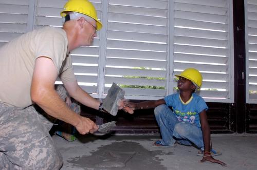 Приготовьте цементный раствор в домашних условиях.