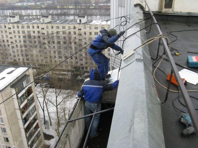 Монтаж козырька на балкон последнего этажа