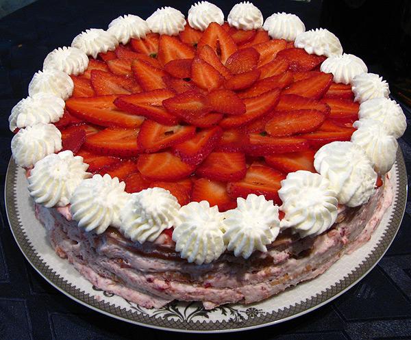 Взбитые сливки - традиционный способ украшения тортов