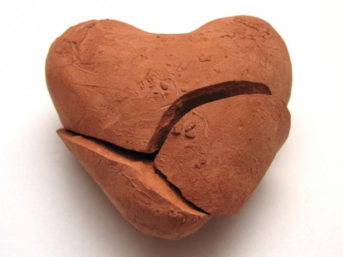 Безответно влюбленный чувствует, что его сердце разбито