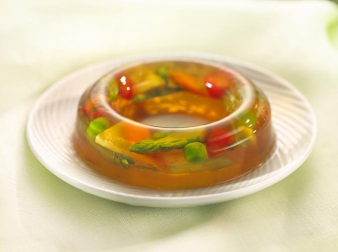 Заливное из филе судака с овощами сделает честь любому повару