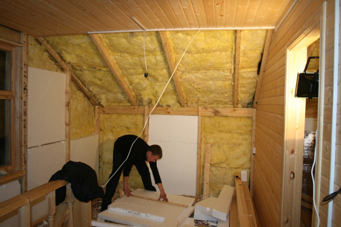 Чем утеплить стену деревянного дома изнутри своими руками