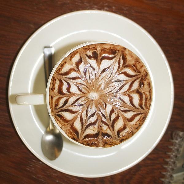 Кофейная поверхность легко превращается в холст художника