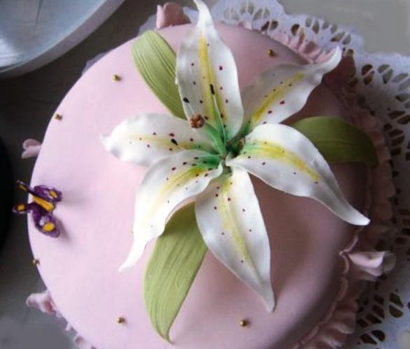Цветок из мастики - прекрасное украшение для любого десерта