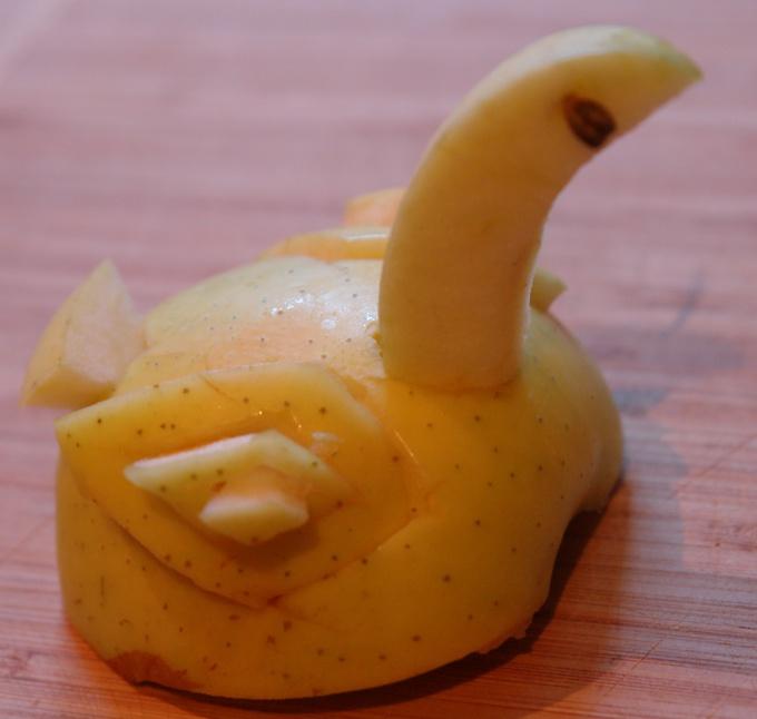 Как сделать лебедя из яблока
