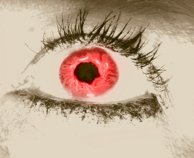 Как получаются красные глаза на