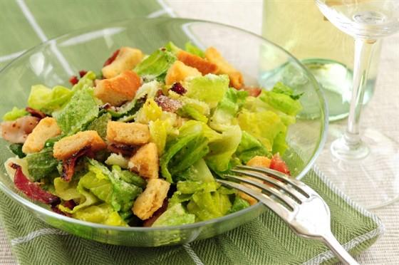 Салат Цезарь - любимый салат голливудских звезд.