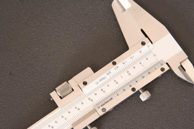 Проверьте точность штангенциркуля, совместив нулевые деления шкал