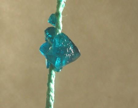Как вырастить <strong>кристалл</strong> из поваренной соли в <b>домашних</b> <em>условиях</em>