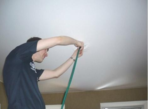 Как слить <b>воду</b> с натяжного потолка