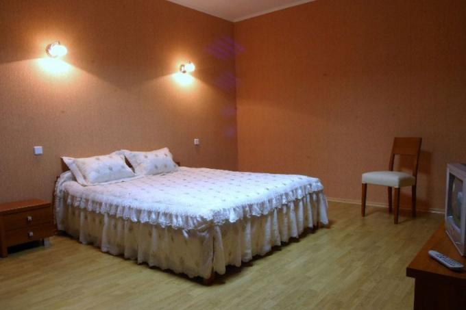Вокруг двуспальной кровати должен быть свободный доступ с трех сторон
