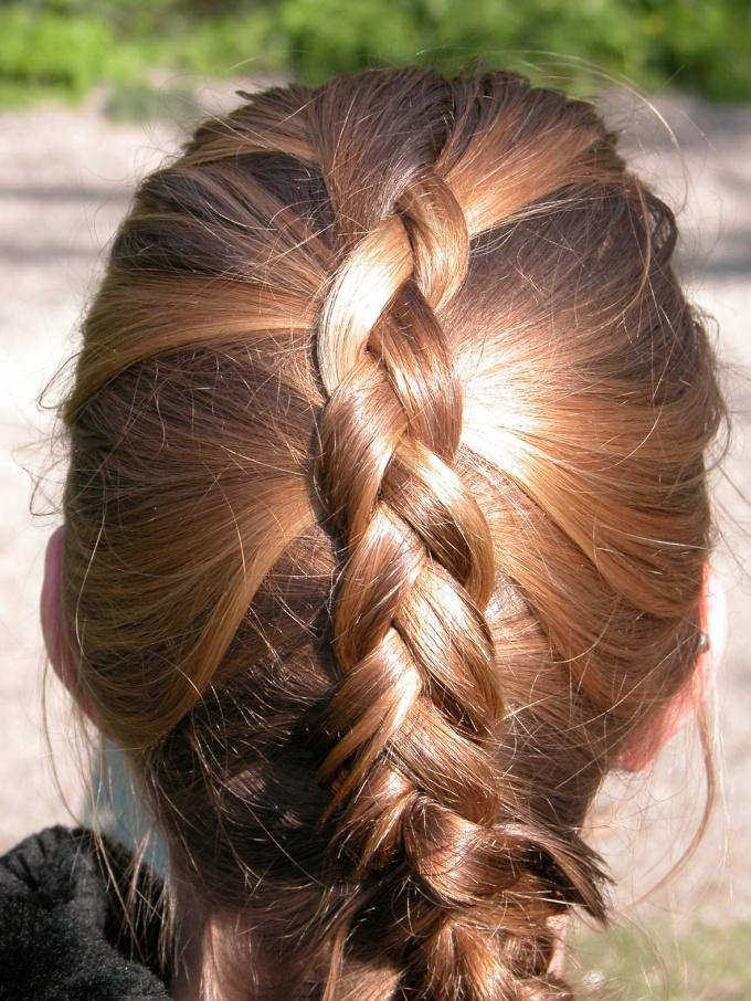 Для волос средней длины особенно уместна французская косичка