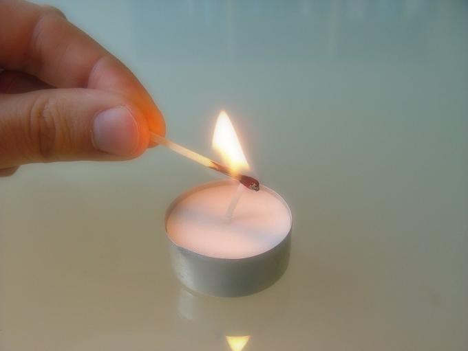 Пятна от свечи удаляются при помощи утюга