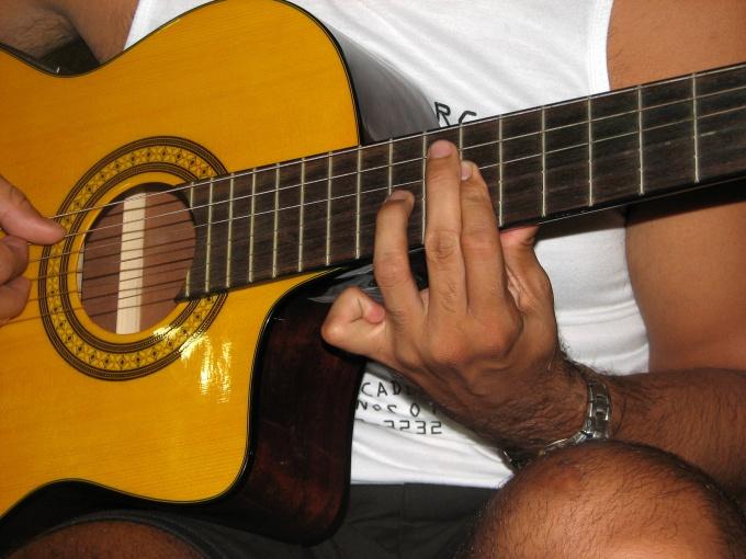 Учитесь брать один аккорд в разных позициях
