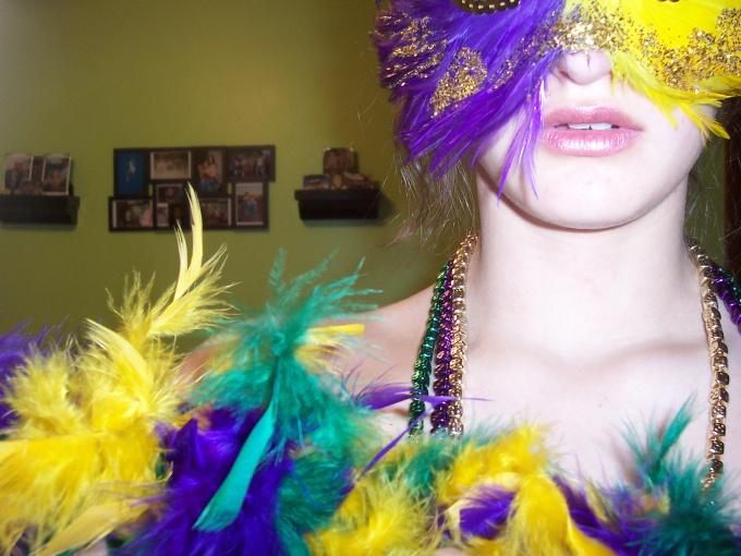 Маску можно украсить цветными перьями