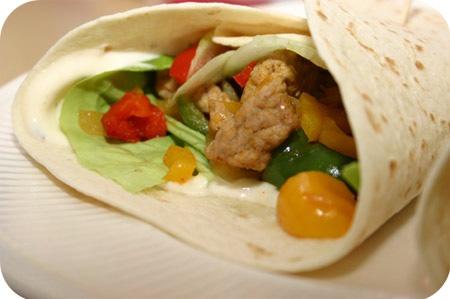 Шаурма - это мясо и овощи, завернутые в лепешку.