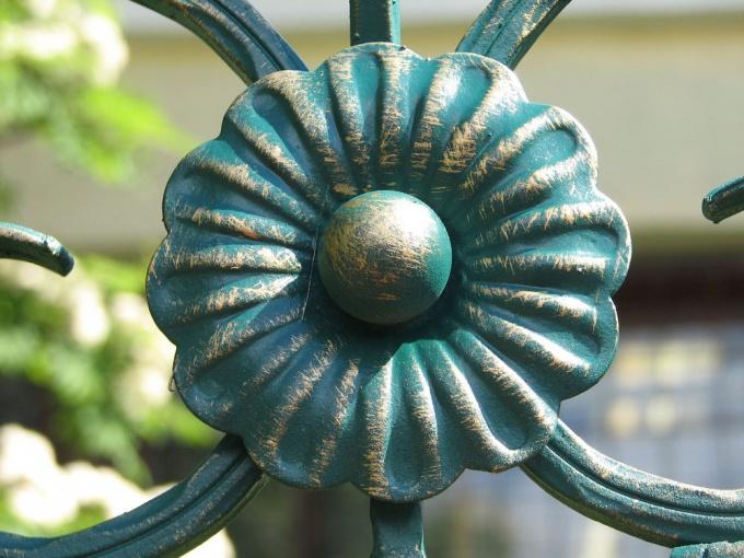 Патина на украшении ограды. Италия