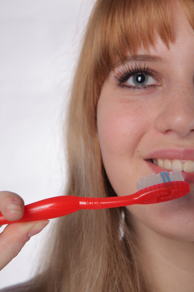 Как удалить зубной камень дома