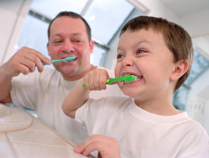 Как чистить <b>зубы</b> <strong>малышу</strong>