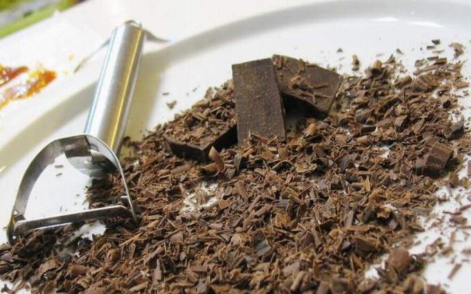 Как украсить шоколадом торт