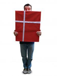 Лучшим дополнением к  подарку станет веселый и зажигательный вечер, который запомнится имениннику надолго