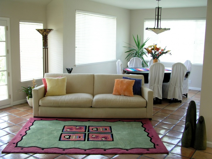 Разделить комнату на две части можно при помощи обычного дивана!
