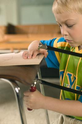 Дети с удовольствием участвуют в изготовлении игрушек