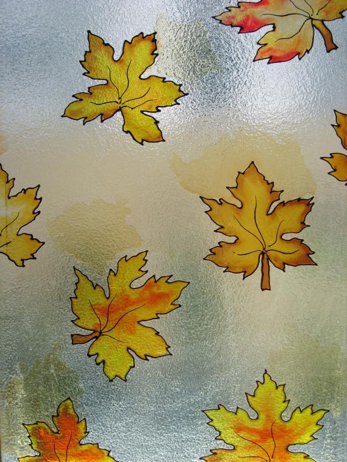 Роспись по стеклу не требует особенных навыков, это может сделать каждый