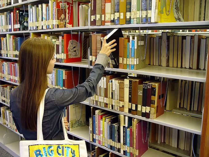 Удобнее всего расставлять книги по темам и по алфавиту