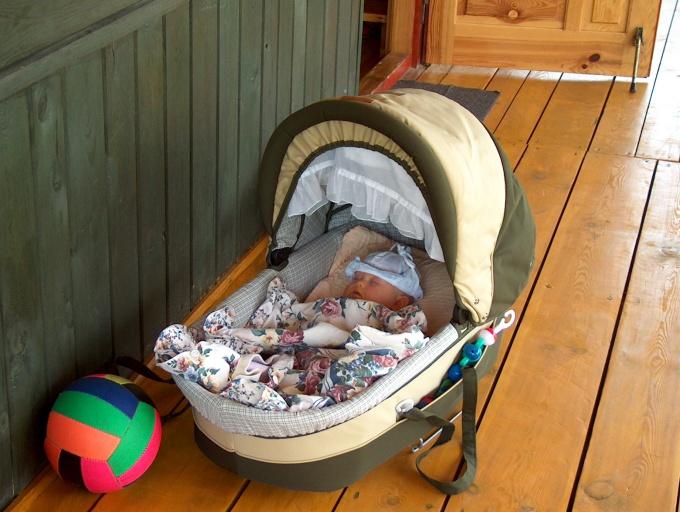 Как приучить ребёнка к коляске