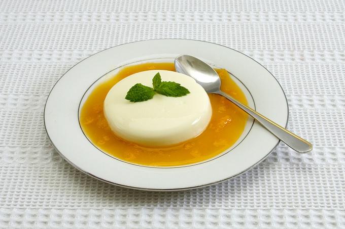Панакота классно гармонирует с апельсиновым соусом