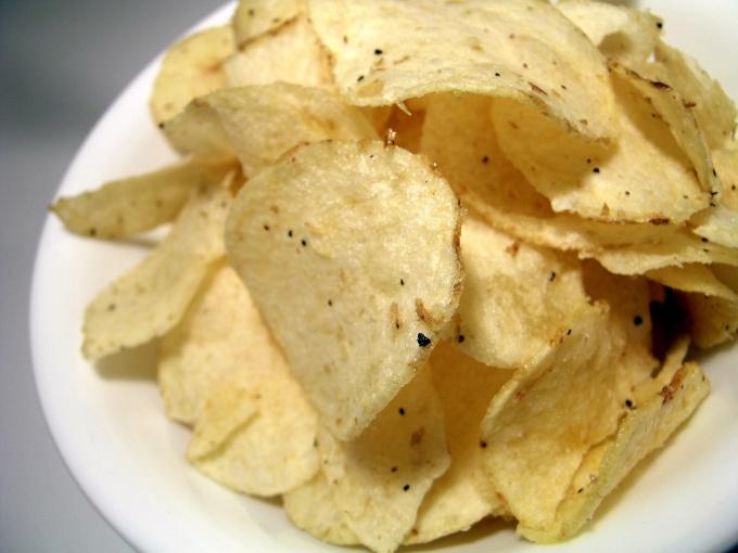 Домашние чипсы можно подать как самостоятельное блюдо или с различными соусами