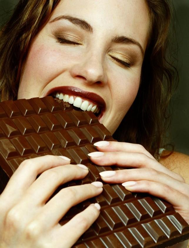 Шоколад стимулирует выработку серотонина.