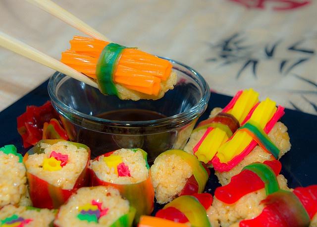 Сладкие роллы и суши с мармеладом