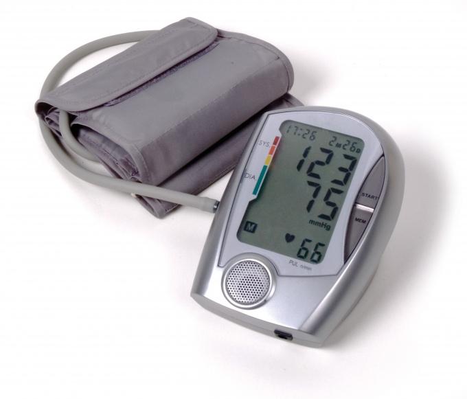 Для измерения артериального давления на лодыжке используется цифровой тонометр с шириной манжеты 7-7,5 см