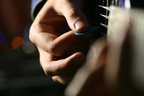 Как научиться играть на акустической гитаре