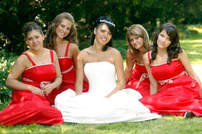 Как одеться на <strong>свадьбу</strong> к <b>подруге</b>